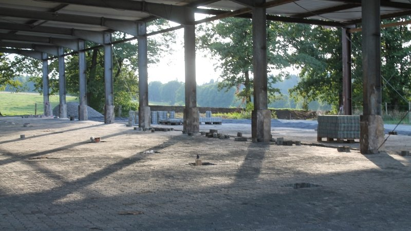 <br><p><b>Ein ehemaliger Rinderstall wurde komplett entkernt. Noch ist Phantasie gefragt, aber hier werden Pferdeställe errichtet werden. Die lichtdurchflutete und luftige Halle wirkt jetzt schon einladend.</p></b>